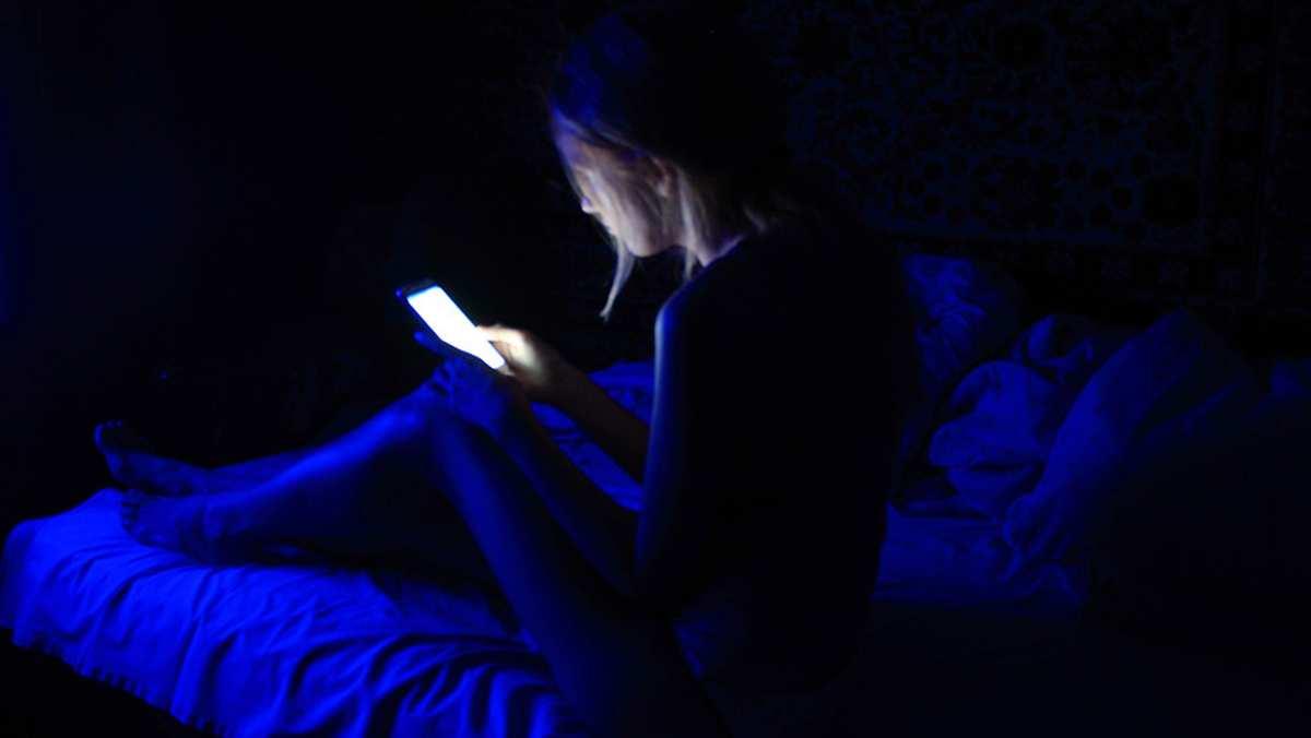 Son dönemin en popüler teknolojik cihazlarından biri olan cep telefonlarının mavi ışık ileverdiği zararın ne boyutta olduğunu biliyor mu...