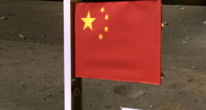 Çin Ay'a bayrak